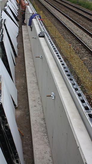 Les panneaux DUO ont été utilisés pour installer ce mur de béton étroit en raison du passage étroit.