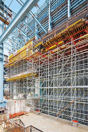 Tepelná elektrárna Stanari: Modulové lešení PERI UP tvoří podpěrnou konstrukci ve strojovně turbíny pro stropní desku s tloušťkou až 5,30 m.