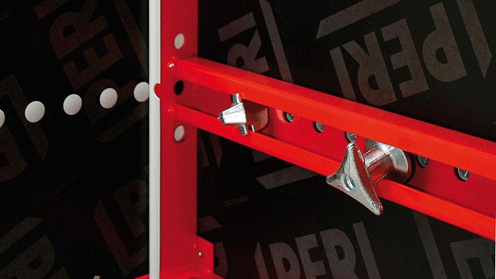 Tiranții și piulițele ce închid cofrajul LICO la formarea stâlpilor sunt atașate permanent panourilor și nu se pot pierde.