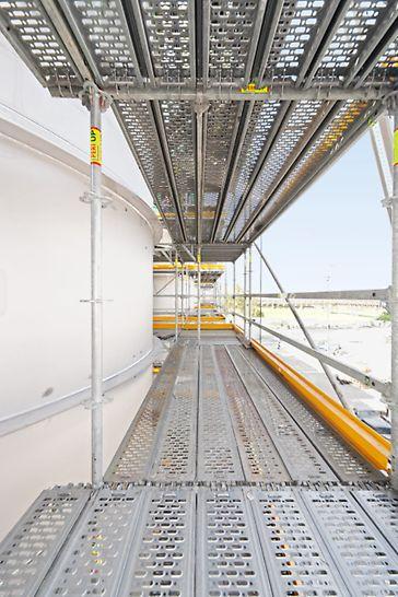 Biocel Paskov: Dokonalá bezpečnost: na plně uzavřených pracovních plošinách s protiskluzovým povrchem mohly být práce prováděny rychle a bezpečně.