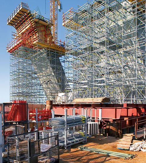 Sheikh Khalifa Brücke, Abu Dhabi, Vereinigte Arabische Emirate - Selbst bei beengten Platzverhältnissen sorgte eine geordnete Materiallagerung mit Paletten und Transportbehältern für raschen Materialtransport.
