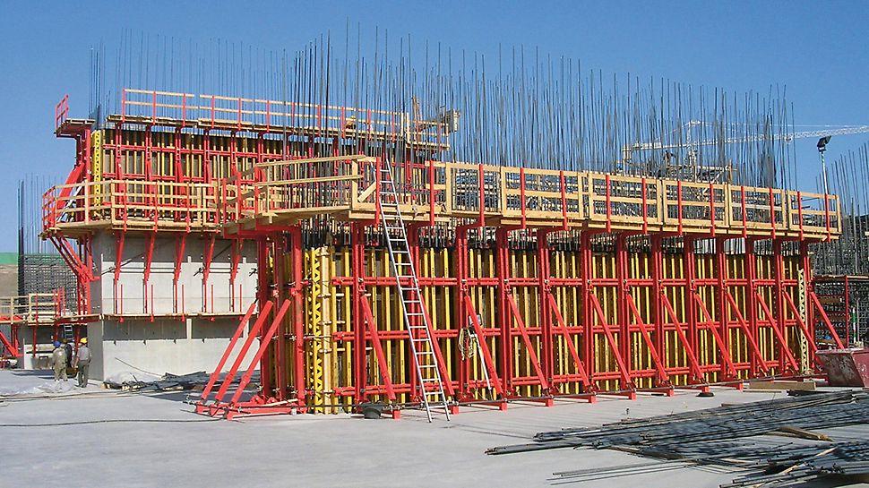 Vzdouvací stupeň na Nilu, Naga Hammadi: Variabilní nosníkové stěnové bednění VARIO tvoří spolu s překládaným systémem SKS velkoplošné sestavy vhodné k přemístění vcelku. Hospodárně vyráběné betonážní záběry středních pilířů měly výšku 3,60 m.