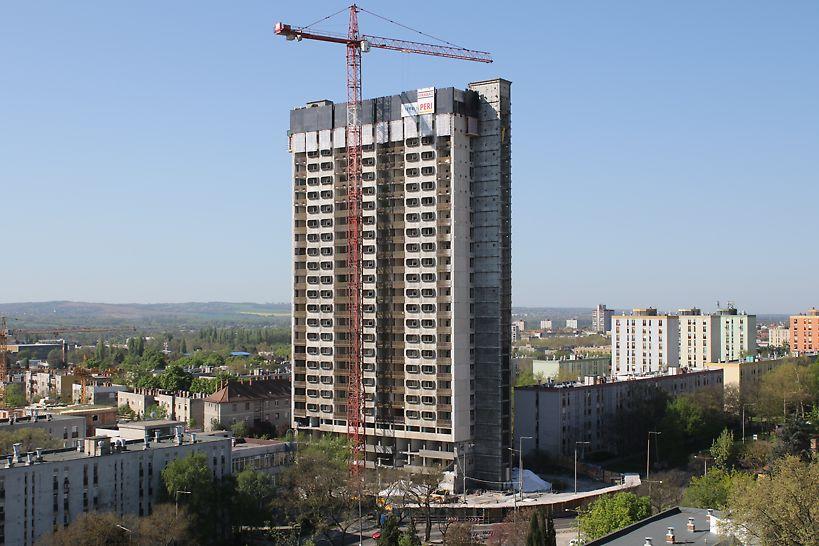 A 840 m2 alapterületű toronyház magassága 83 m volt, 25 emelettel. A bontási feladatok elvégzésére 11 hónap állt a kivitelezők rendelkezésére.  (Fotó: Jakab Róbert, projektvezető)