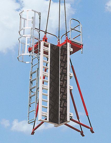 El encofrado para pilares RAPID de PERI se traslada con una sola izada de la grúa como una unidad completa con estabilizadores y plataforma de hormigonado.