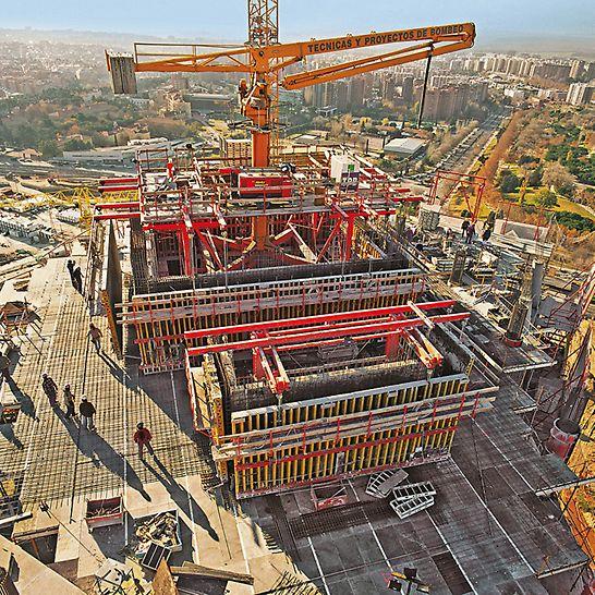 Cuatro Torres Business Area, Madrid, Spanien - Der 223 m hohe Torre Espacio besitzt drei Stahlbeton-Kerne mit variierenden Wandstärken.