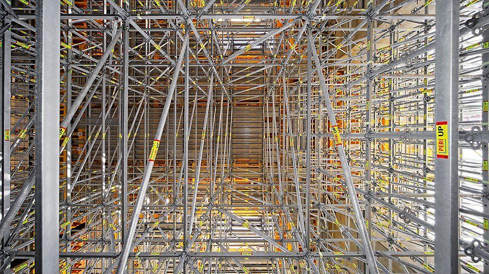 Albian Sands, Fort McMurray, Kanada - korišćenjem PERI UP Rosett i MULTIFLEX sistema omogućeno je bezbedno prenošenje opterećenja masivnih delova građevine, na visini između 10 m i 12 m, na osnovu.