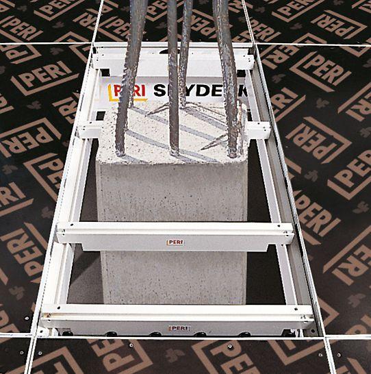 Grâce aux poutrelles de rive SKYDECK (longueur 75 cm ou 150 cm), il est facile de coffrer autour de poteaux. Les surfaces de compensation sont fermées à l'aide d'un contreplaqué de 21 mm d'épaisseur.