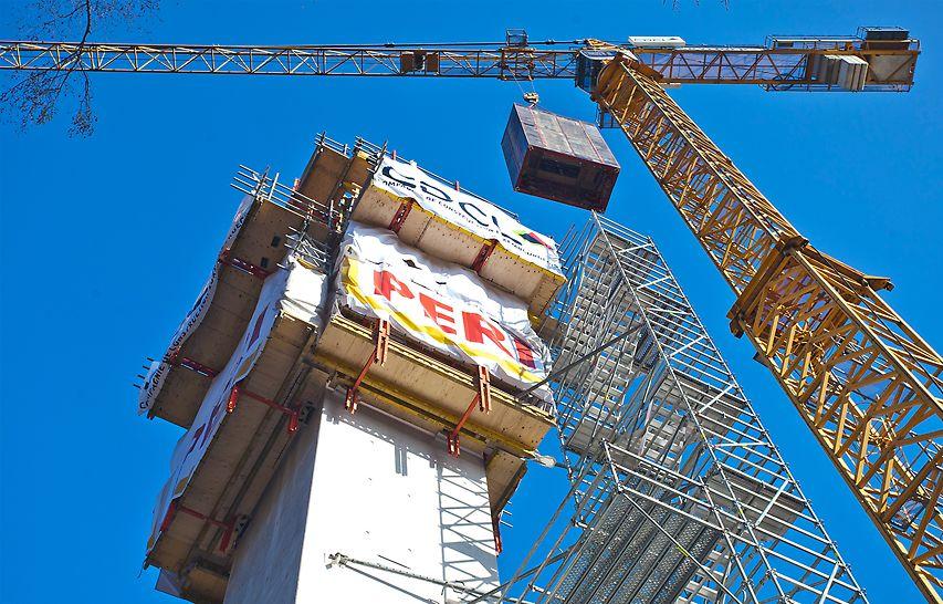 Pour exécuter la tour verticale en béton, PERI a utilisé, pour l'extérieur de la tour, son système de coffrage grimpant RCS combiné au système de coffrage de voiles, PERI VARIO.