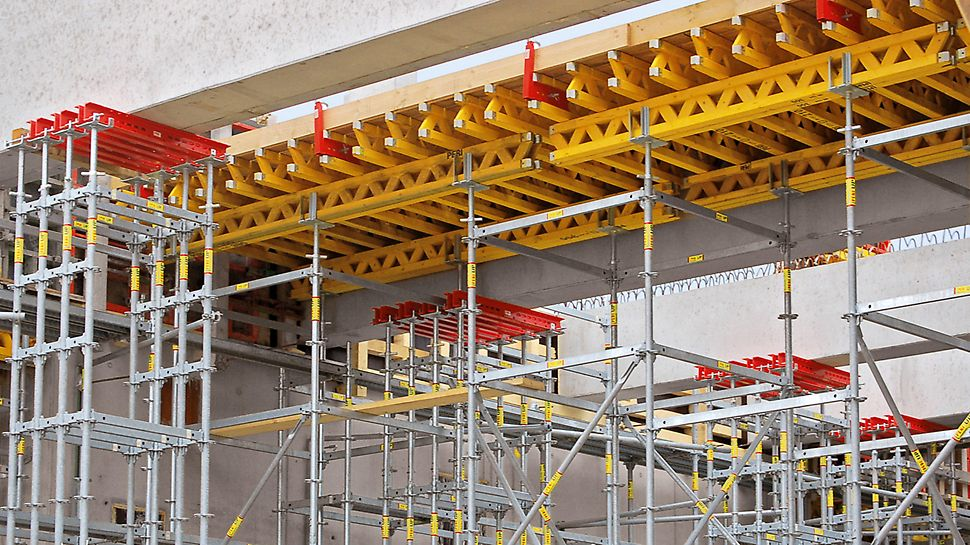 Papierfabrik Palm, King's Lynn, Großbritannien - Modulare PERI UP Traggerüstlösung zur temporären Abstützung der 17,5 t schweren Fertigteil-Unterzüge.