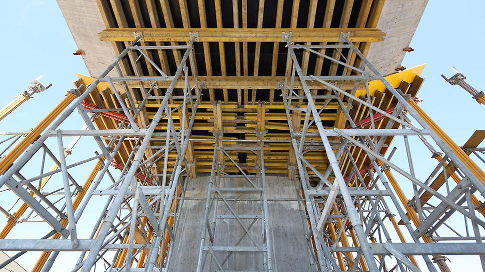 Wieże ST 100 łatwo dopasowują się do zmiennych wysokości obiektów inżynierskich, co zapewniło sprawne prowadzenie robót.