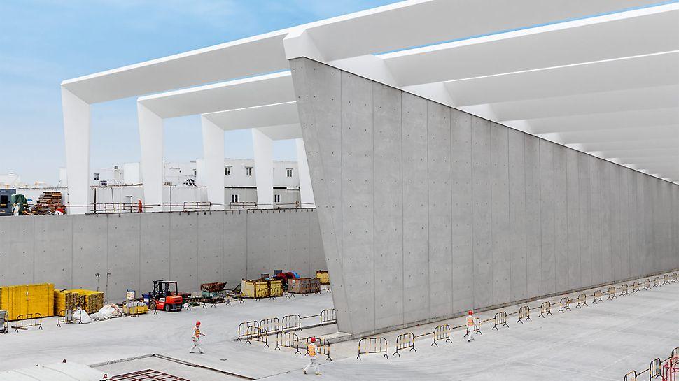 Mit der PERI Lösung erreicht das Baustellenteam beste SB 4 Sichtbetonqualität mit einem klar strukturierten Fugen- und Ankerraster sowie dauerhafte Wasserundurchlässigkeit für die Wände der Tunneleinfahrt.