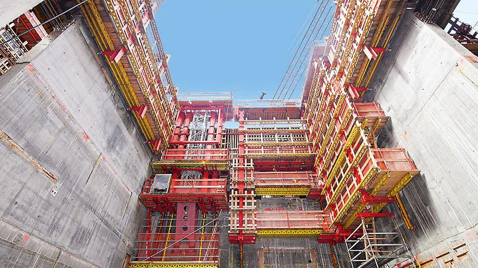 Grazie al sistema di ripresa autosollevante ACS, anche le due pompe di distribuzione del calcestruzzo e le scale a torre sospese vengono traslate verso l'alto senza l'impiego della gru