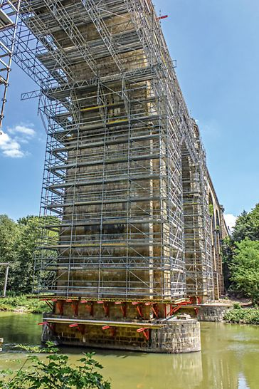 Zadanie polegało na gruntownym oczyszczeniu całej kamiennej elewacji, w tym łukowych przęseł nurtowych o rozpiętości 22 m i wysokości 21 m.