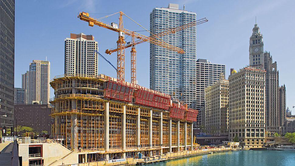 Trump International Hotel & Tower, Chicago, USA: Při stavbě masivních železobetonových sloupů sloužil samošplhavý systém ACS také jako ochrana proti pádu u okrajů stropů.