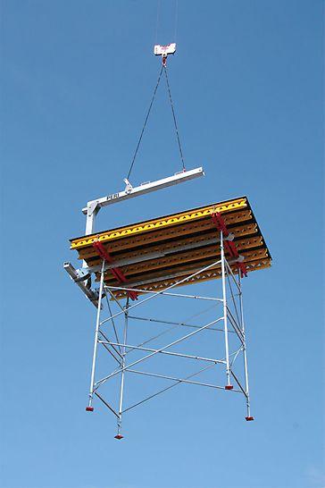 Die PERI Umsetzgabel erleichtert das Umsetzen per Kran von Stockwerk zu Stockwerk. Der Ausgleichsmechanismus in der Umsetzgabel erspart das Umhängen des Krangehänges.