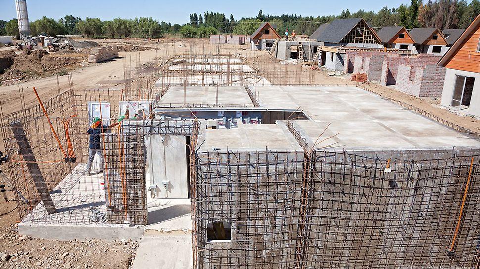 Wohnsiedlung Los Portones de Linares, Chile - Schalung von Wänden und Decken inklusive der Aussparungen.