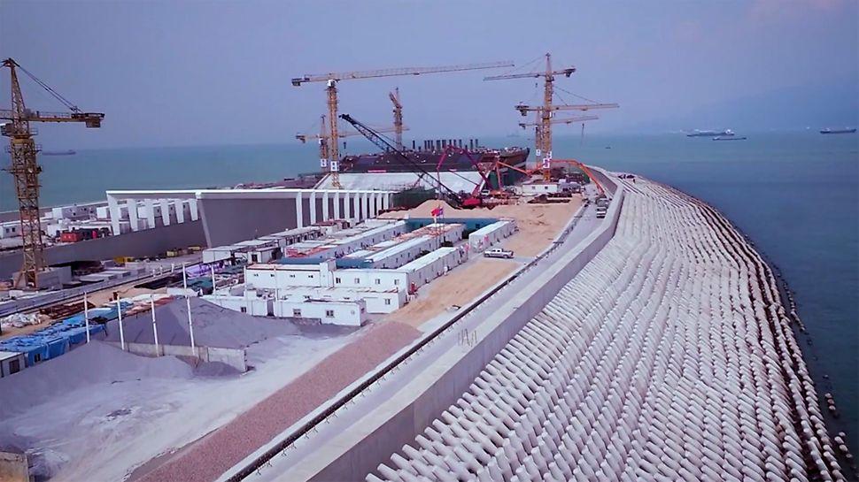 Den Bau des 6 km messenden Unterwassertunnels - der Verbindung zwischen Hongkong und Macao / Zhuhai - unterstützte PERI sieben Jahre lang. Der PERI Projektleiter Kuanzhi Zheng berichtet von den einzelnen Etappen der Projektdurchführung aus Sicht des Schalungs- und Gerüstlieferanten. Wesentlicher Erfolgsfaktor für die erweiterten Baumaßnahmen im Zuge des gigantischen HZMB Projekts war die enge und konstruktive Zusammenarbeit der chinesischen Bauunternehmung mit PERI.