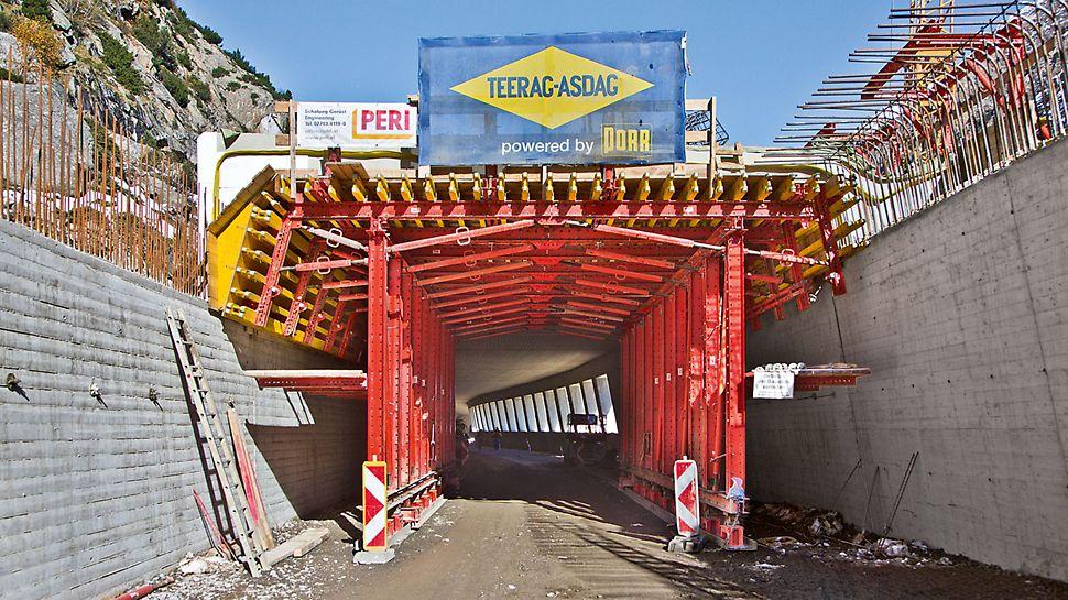 Marchlehnergalerie, Sölden, Österreich - Pro Woche ließen sich gleich zwei Regeltakte mit jeweils 12 m Länge schalen, bewehren und betonieren.