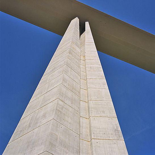 Viaduc de Millau, Frankreich - Der Schalungsaufwand wurde durch die Verwendung von lediglich einer Ankerlage reduziert. Optimale Betonergebnisse erzielte die Baustelle durch die Verwendung einer Stahlschalung.