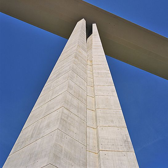 Viaduc de Millau, France - Shuttering time was reduced through the use of only one anchor position. Optimal concreting results were achieved by the construction crews by using steel formwork.