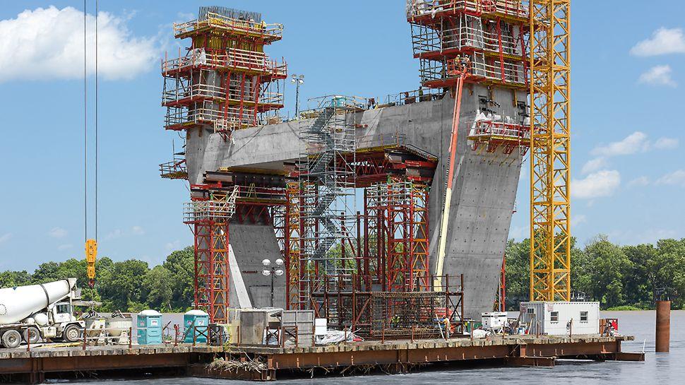"""Progetti PERI """"Ponte sull'Ohio """"East End Crossing"""", Louisville, USA"""": Una perfetta combinazione tra i sistemi di casseforme a ripresa e impalcature di sostegno ha permesso di realizzare rapidamente i due piloni del ponte a forma complessa, rispettando le tolleranze dimensionali e i tempi prestabiliti"""