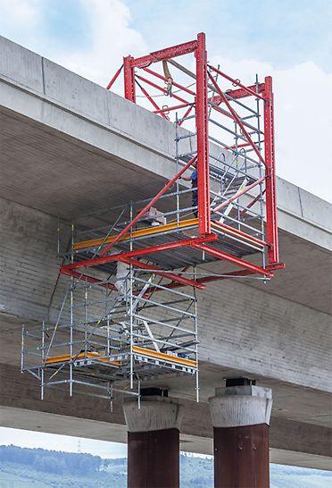 Die jeweils 3 m langen Gerüsteinheiten basierten auf einer Kombination von VARIOKIT und PERI UP Flex Systembauteilen aus dem PERI Mietpark.