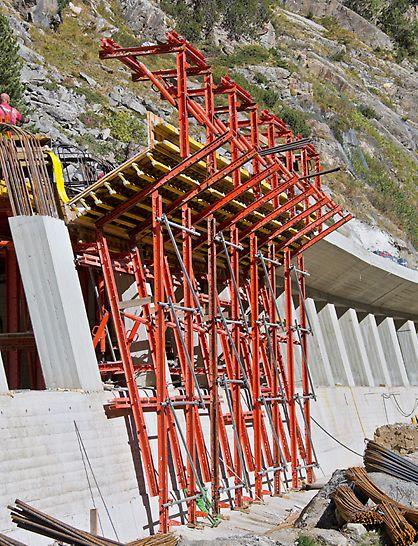 Marchlehnergalerie, Sölden, Österreich - Die vier Schalungseinheiten für die talseitig 1,50 m auskragende Tunneldecke basierten ebenfalls auf VARIOKIT Systembauteilen und ließen sich mittels definierter Anhängepunkte an der Galgenkonstruktion problemlos mit dem Kran umsetzen.