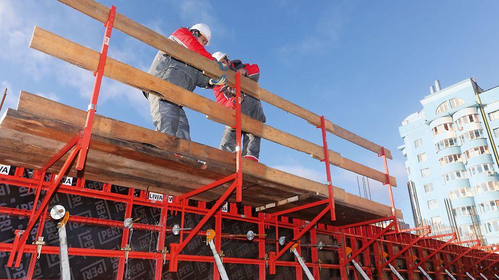 A termékpaletta olyan biztonsági elemeket is tartalmaz, mint a betonozó konzol és a védőkorlát.