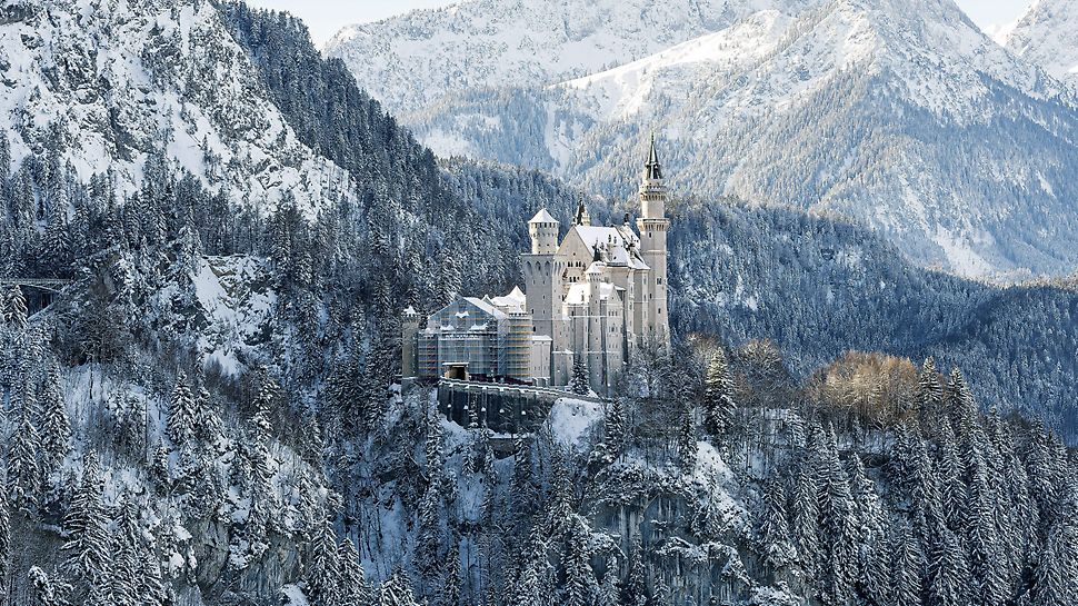 Gate Building Renovation, Neuschwanstein Castle, Füssen, Germany: For scaffolding and enclosure of the gateway building, the PERI UP Flex scaffold solution has been optimally adapted to suit the local site conditions and static requirements.
