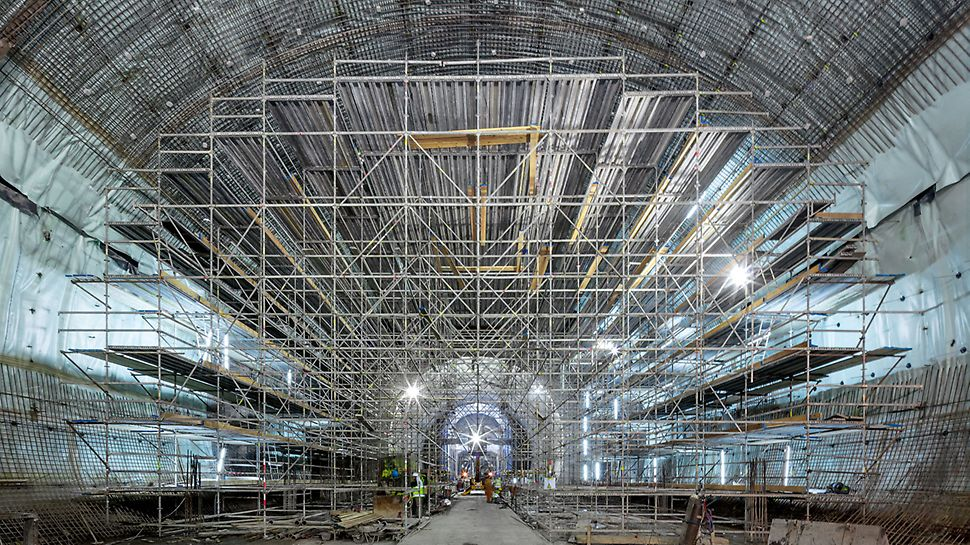 Metro extension, Algiers - The PERI UP working scaffold has been optimally adapted to suit the imposing cross-sectional geometry of the station´s arched form and is used to execute the waterproofing and reinforcement work in advance.