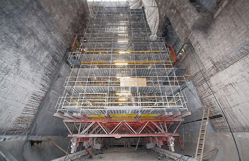 Los componentes VARIOKIT conforman la base para la escuadra móvil, de hasta 90 t de peso, para los trabajos de arenado y encofrado en esta obra de saneamiento