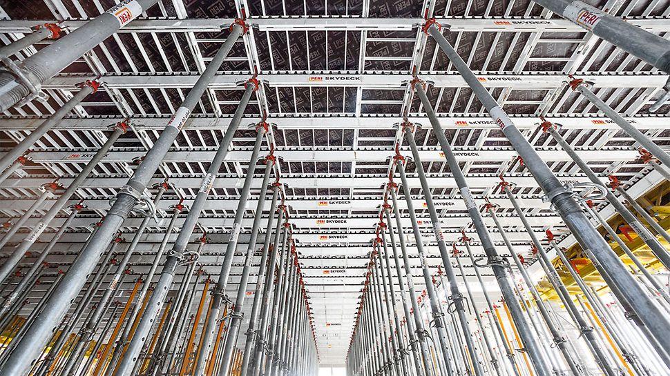 Dank der SKYDECK Paneel-Deckenschalung war es dem erfahrenen Baustellenteam möglich, trotz großer Deckenstärken und bis zu 5,40 m Geschosshöhen den engen Terminplan einhalten zu können.