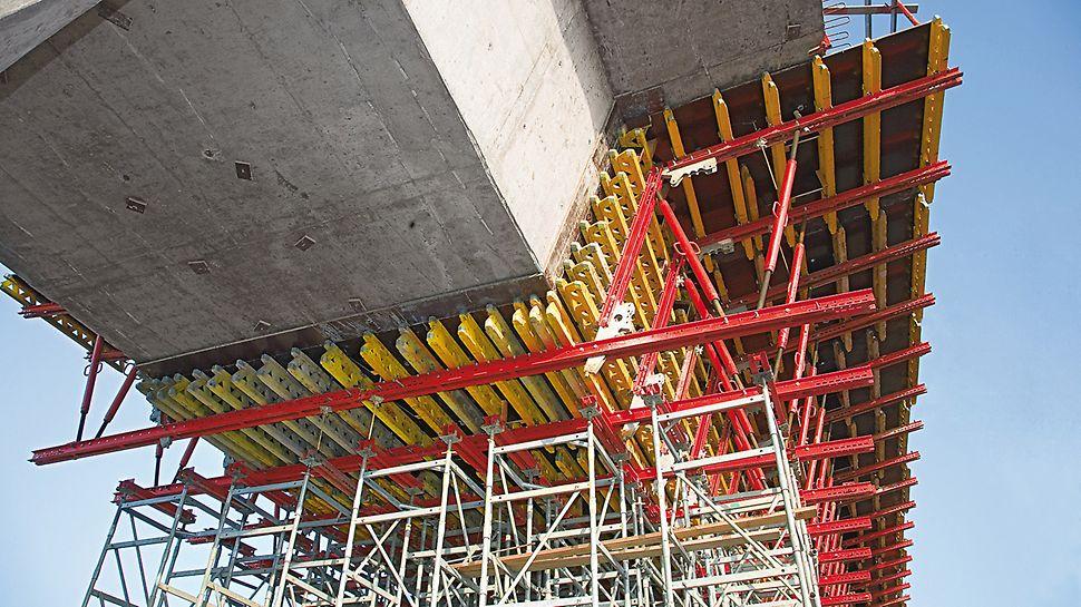 Dopravní uzel Siekierkowska: Sestavy bednění se dají přichytit ke konstrukci vrchní stavby mostu. Pro příští záběr je podpěrná konstrukce volná a může se demontovat.
