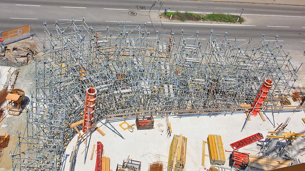 Während des Baus sorgte das PERI UP Traggerüst, die SRS Rundsäulenschalung und die MAXIMO Schalung für ein sicheres und rasches Arbeiten.