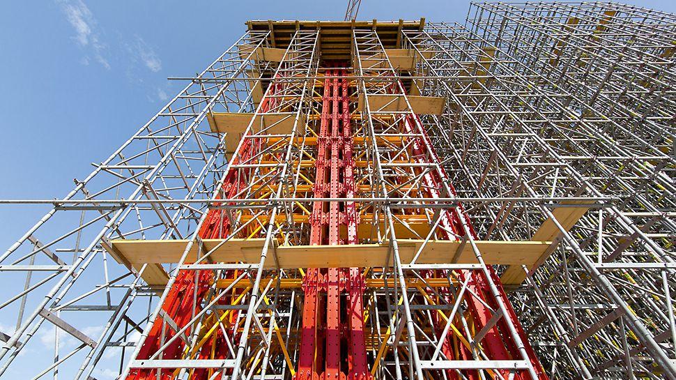Zum Abtragen der enorm hohen Lasten im Bereich des Anschlusses an die Stahlbögen lassen sich die VARIOKIT Schwerlasttürme zu zwei 42-stieligen Kraftpaketen bündeln.