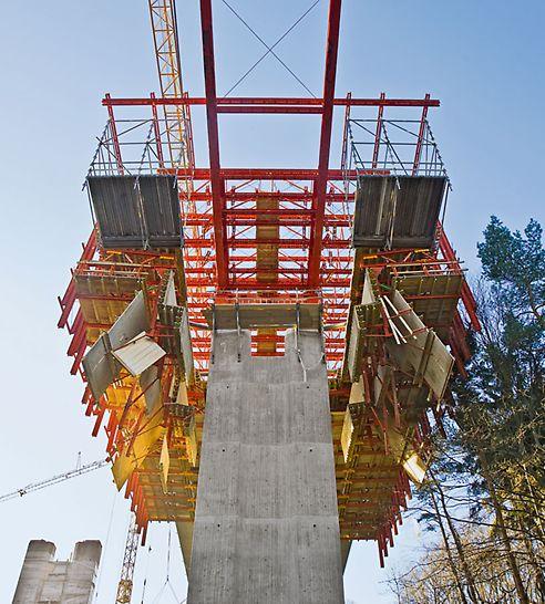 Dálniční most přes Opárenské údolí: Bednění dna posuvné skruže se dalo pro projetí okolo mostních pilířů hydraulicky odklopit – jednoduché a komfortní.