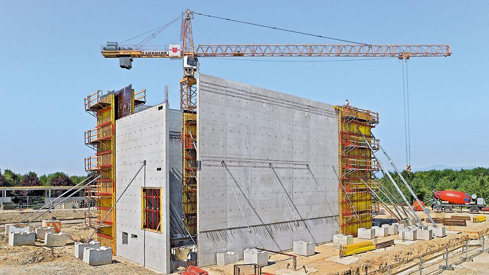 Dzięki deskowaniu VARIO GT 24 z określonym ukształtowaniem styków poszycia i rozmieszczeniem ściągów uzyskano doskonałą jakość betonu licowego.