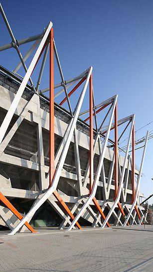 Gotowe słupy monolityczne z dopasowaną konstrukcją stalową, będące oparciem dla konstrukcji dachu nad trybunami.