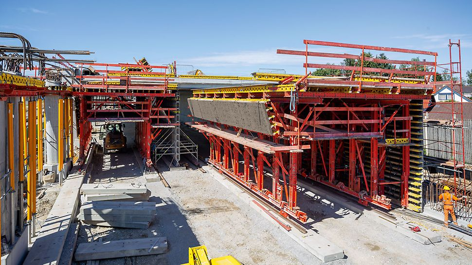 Smart engineering solutions with a folding mechanism allow PERI UP back-propping, resulting in early moving of the formwork carriage.