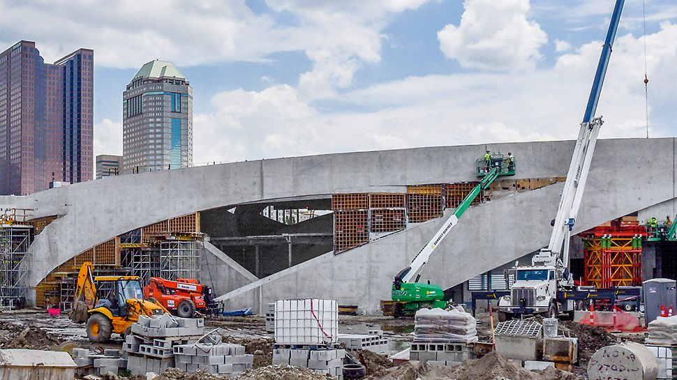 Dva izvođača odbila su da realizuju ovaj projekat, pre nego što je firma Baker Concrete Construction prihvatila taj izazov. Po mišljenju mnogih, bio je to najuzbudljiviji projekat na kome su ikada radili.