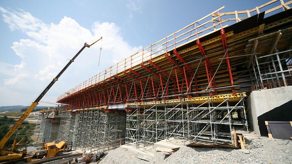 Most Markov, Slovensko: Nižší část mostu zabedněná systémem VARIOKIT na skruži ze systému PERI UP Rosett.