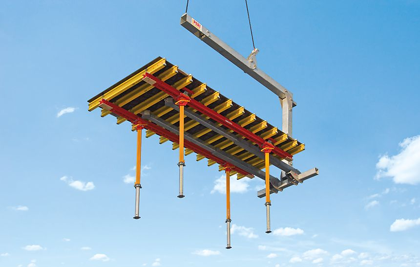 Zum schnellen Transport ins jeweils nächste Geschoss wird die PERI Umsetzgabel eingesetzt. Die Umsetzgabel hängt sowohl im Leerzustand als auch mit Deckentisch stets in horizontaler Position am Kran.