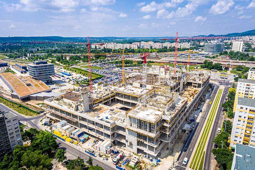 A bruttó 137 ezer négyzetméteres Etele Plaza a Kelenföldi pályaudvar, a 4-es metró, számos busz- és villamosjárat, illetve az M1–M7 autópályák fővárosi bevezető szakaszának találkozásánál valósul meg.  Fotó: Bernát Benjámin / magyarepitok.hu