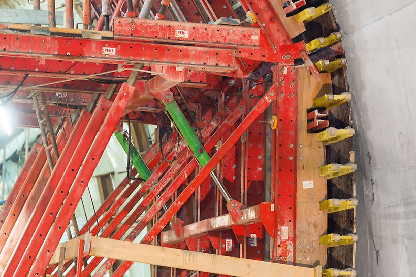 Metro extension, Algiers - Shuttering and stripping is done hydraulically on the VARIOKIT tunnel formwork carriage. It is also based on rentable system components and can be rapidly assembled and adapted by means of standardized bolted connections.