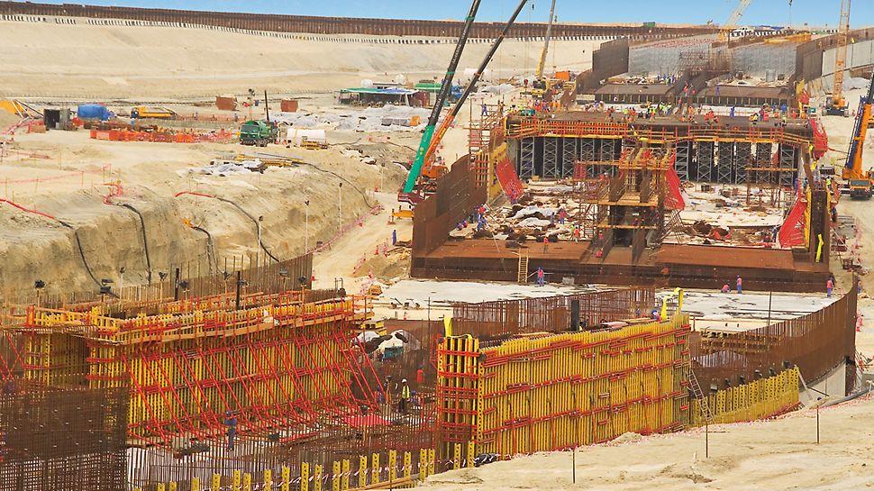 Tunel Jumeirah Palm Island, Dubai, Ujedinjeni Arapski Emirati - u 25 m dugačkim odsječcima betoniranja i 4 slijeda taktova uzastopno se betoniraju podnožje tunela, po 2 zidne ploče te nakon njih strop.