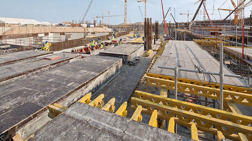 Midfield Terminal Building, Abu Dhabi - pomični PD 8 stropni stolovi čine nosivu donju konstrukciju duž greda, za stropnu površinu primjenjuje se MULTIFLEX stropna oplata s nosačima.