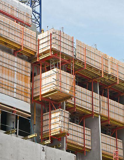 Hotel Mélia, La Défense, Paris, Frankreich - Die PERI Lösung umfasst auch eine Ausfahrbühne, die für den schnellen und sicheren Materialtransport in die nächsten Geschosse sorgt.