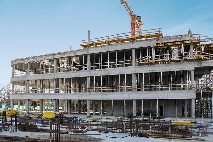 Az oktatási épület födémeinek zsaluzásakor az építkezésen egyidejűleg 2.100 db PEP támasz volt használatban.