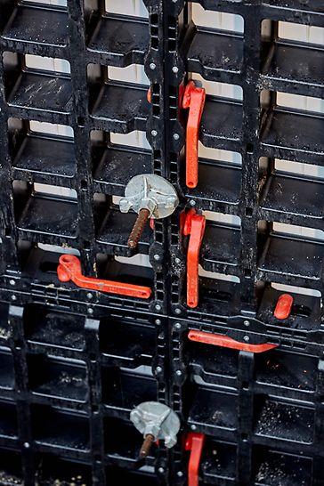 Met behulp van de DUO verbinder kan je de panelen evenwichtig verbinden. Een absolute meerwaarde bij het plaatsen van alle soorten bekisting.