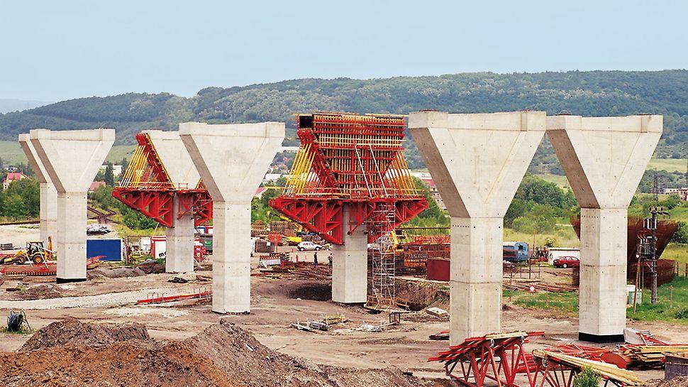 Most na autocesti Trmice, Aussig, Češka - za 1.083 m dugačak most na autocesti Trmice kod Aussiga u Češkoj PERI oplatom ekonomično je izvedeno 59 stupova mosta.